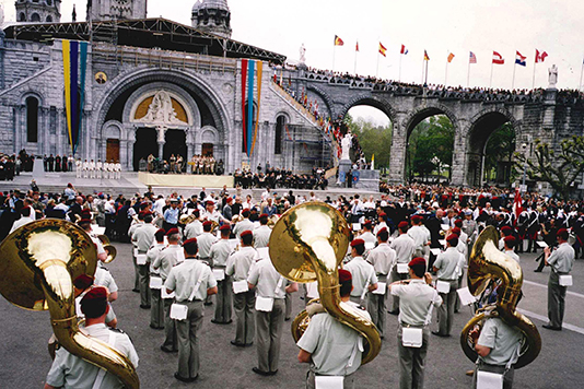 The Canadian delegation participates in the 44th International Military Pilgrimage in Lourdes, France in front of the St-Pie X basilica in 2002.