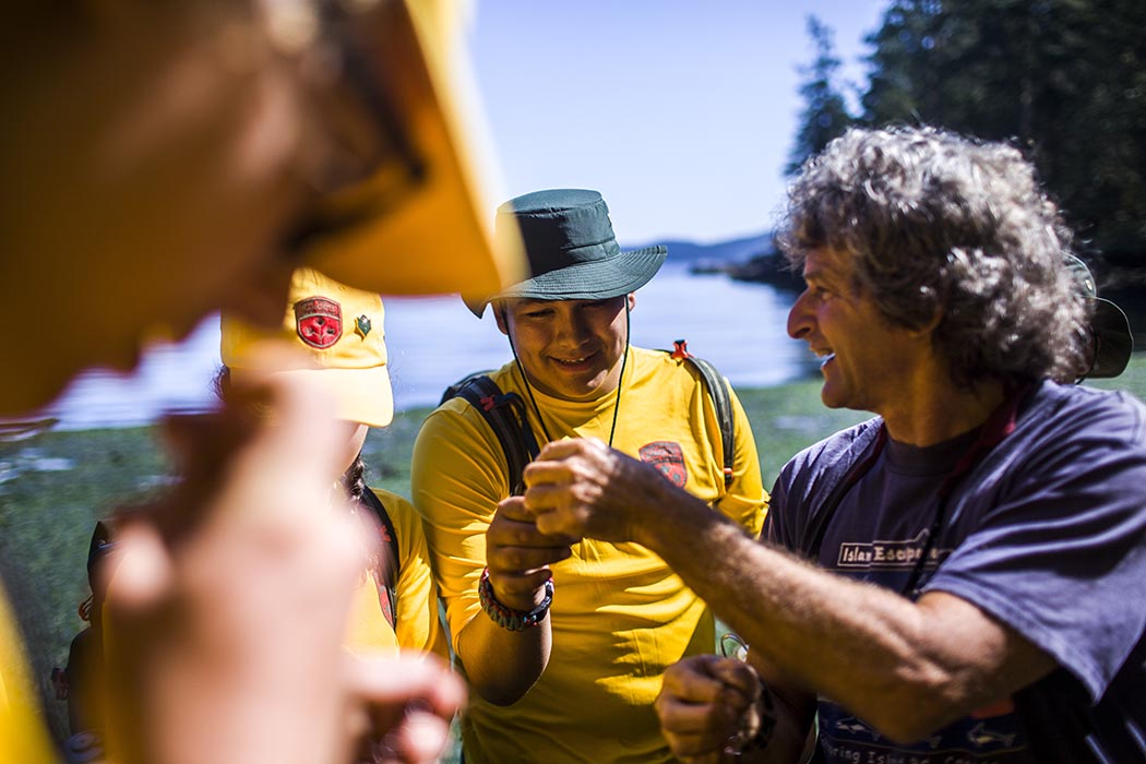 Coastal Current Adventures director Jack Rosen discusses tidal ecosystems while Junior Canadian Rangers (JCR) eat seaweed in Ruckle Provincial Park on Salt Spring Island, British Columbia on August 15, 2019, during the JCR National Leaders Enhanced Training Session 2019), which took place from August 7 to 20, 2019. Photo: Second Lieutenant Christopher King, Regional Cadet Support Unit (Northwest). ©2019 DND/MDN Canada.